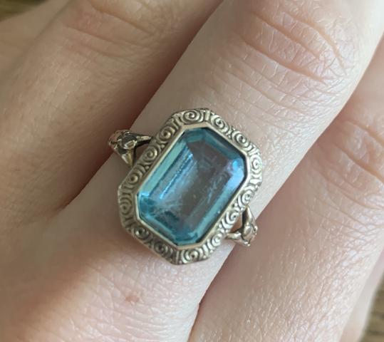 Was ist das für ein Hellblauer Stein?