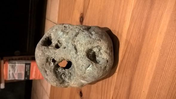 Der Stein ist ausgehölt und hat mehrere Löcher - (Wissen, Wissenschaft)