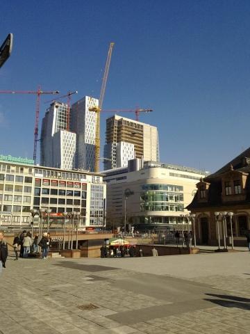 zwischen den Häusern der Frankfurter Innenstadt - (Baustelle, kran)