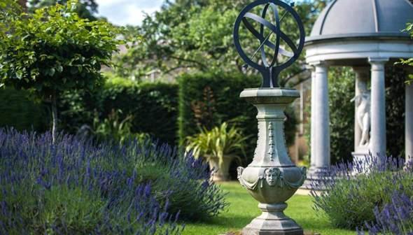 Was könnte man sich als besondere Gartendeko in den Garten stellen?