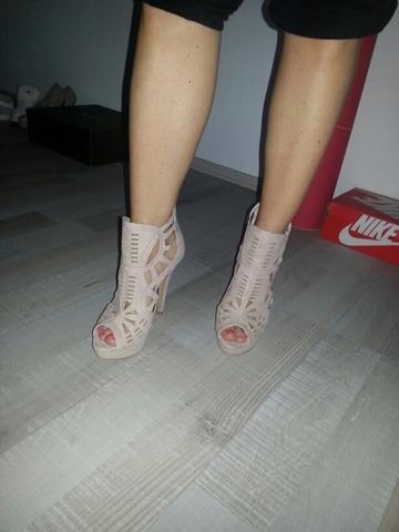 Was könnte man zu diesen nude high heels kombinieren?