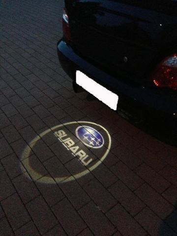Das Subaru Logo am Boden vom Auto projektiert. - (Auto, Lampe, Logo)