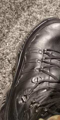 Was sind diese Flecken auf den Kampfstiefeln?