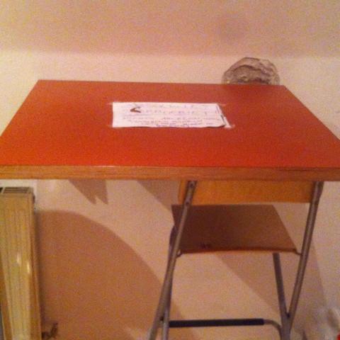 also der tisch ist ziemlich locker befestigt zur stütze dient daweil der stuhl  - (Versicherung, Haushalt)