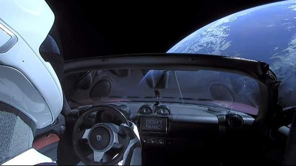 Wass denkt ihr wie Außerirdische reagieren würden wenn sie Elon Musks Tesla im Weltraum entdecken würden?