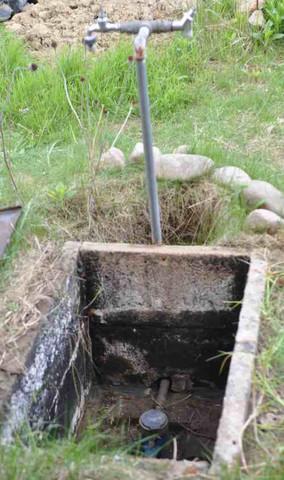 Wasserhahn Am Freistehenden Stahlrohr Im Garten Sitzt Fest