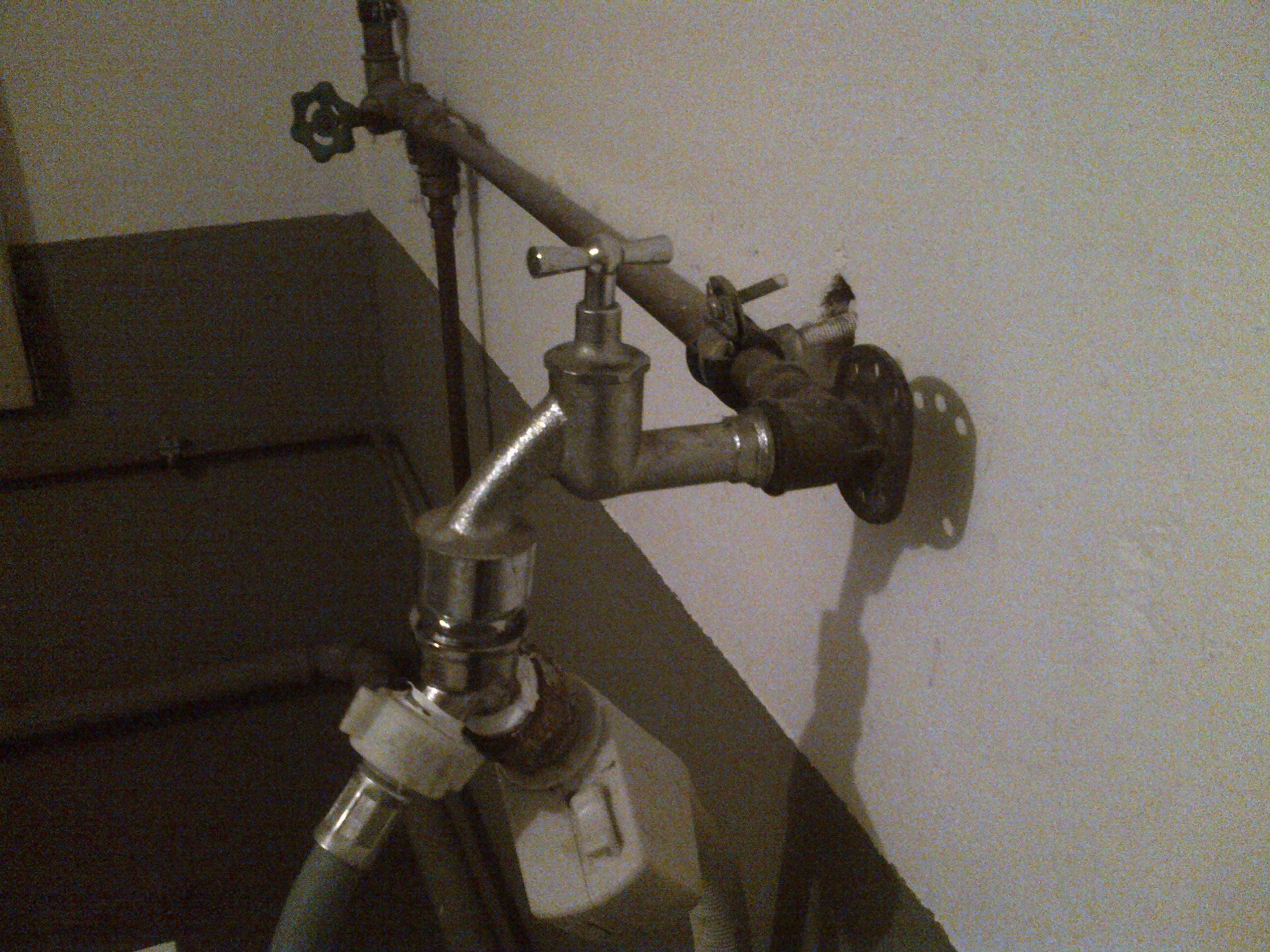 wasserhahn schraube berdreht wasser waschmaschine. Black Bedroom Furniture Sets. Home Design Ideas