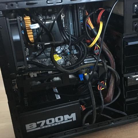Oben links liegt das Mainboard mit dem Prozessor drauf   - (Computer, PC, Gaming)