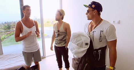 Das Shirt von dem Herren ganz rechts (schwarz/weiß) - (Kleidung, Style, shoppen)