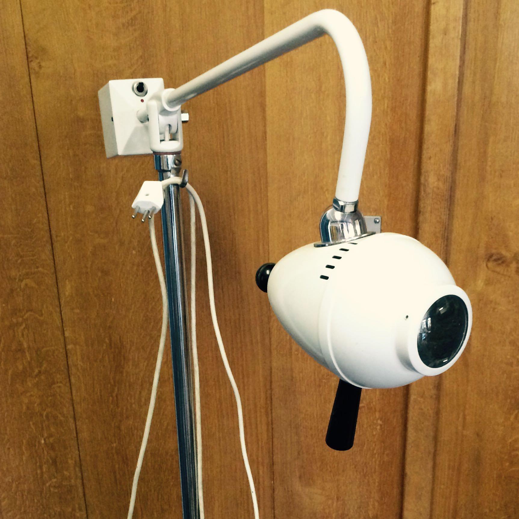 weiss jemand was das f r eine lampe ist medizin ger t. Black Bedroom Furniture Sets. Home Design Ideas