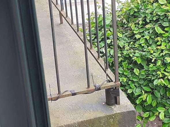 Weiß jemand was das schwarze Teil auf dem  Balkon darstellen soll? Ist dass eine Attrappe oder ist dass ein Verstärker von einem Mikrophon?