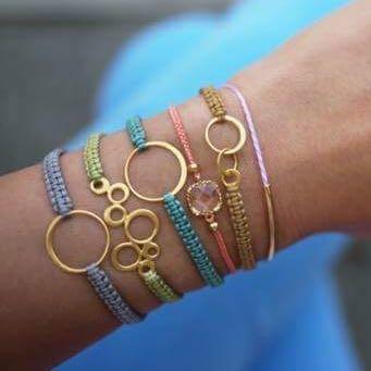 Weiß jemand wie diese Armbänder heißen wo in der Mitte ein Kreis oder ein Anker drin hängt?