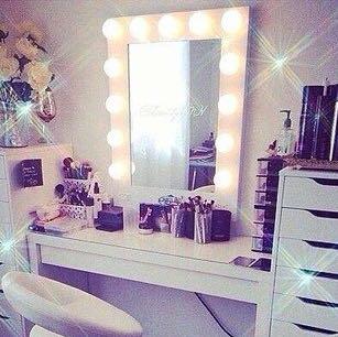 weiss jemand wie diese kleinen lichter am spiegel heissen. Black Bedroom Furniture Sets. Home Design Ideas