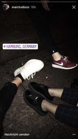 Die dunkelroten Schuhe da hinten - (Nike, Sneaker)