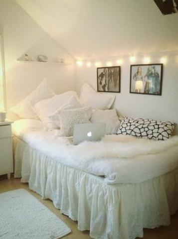 Diese Art n weißer  Vorhang unterhalb des Bettes - (Bett, Schlafzimmer)