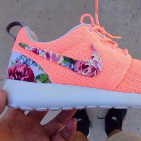 Rosane Nike Roshe Run mit Blumen Muster  - (Schuhe, Nike)