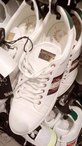 Weiß jemanden wo man diese Schuhe kaufen kann?
