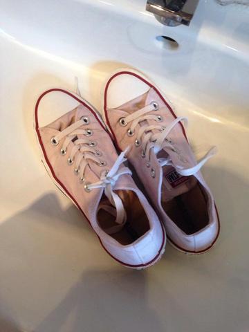 Weiße Chucks durch waschen rosa verfärbt!?!?! HILFE ...