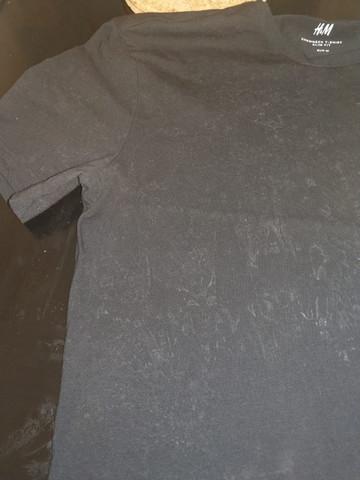 Weiße Flecken auf schwarzen T-Shirts nach Waschen