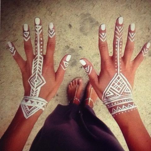 Ich weis auch gar nicht ob das Henna ist aber ich würde es gerne mit Henna haben - (Tatoo, Weißes Henna )