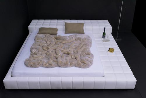 wei es schlafzimmer blauer teppich welche wandfarbe. Black Bedroom Furniture Sets. Home Design Ideas