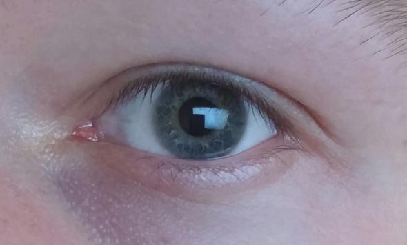 ^^ - (Augenfarbe)