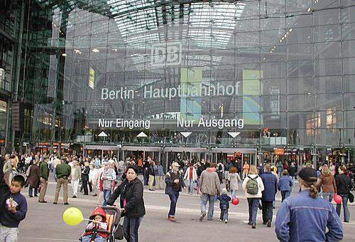 Welche Bahnhöfe in Deutschland - neben dem Berliner Hauptbahnhof - haben einen regulären 24/7/365-Betrieb?