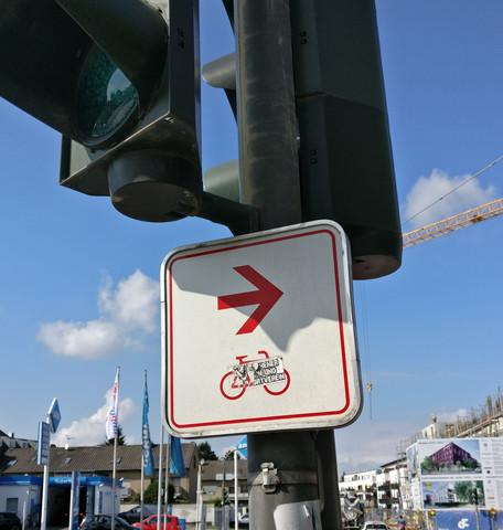 Weißes, quadratisches Schild, runde Ecken, dünn rot umrandet, Fahrrad+Pfeil - (Fahrrad, Verkehr, Verkehrsrecht)