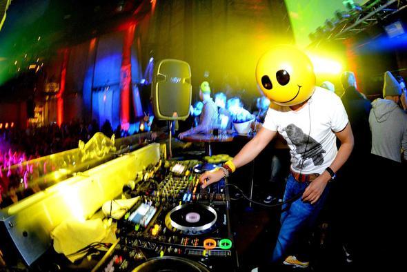 der DJ Mike Candys am Mischpult - (Musik, Deutschland, tanzen)