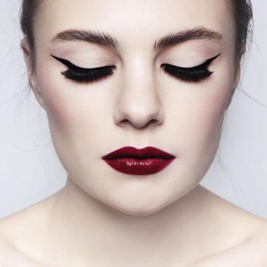 welche make up marke hat einen blutroten lippenstift im sortiment maximal 20 euro schminke. Black Bedroom Furniture Sets. Home Design Ideas