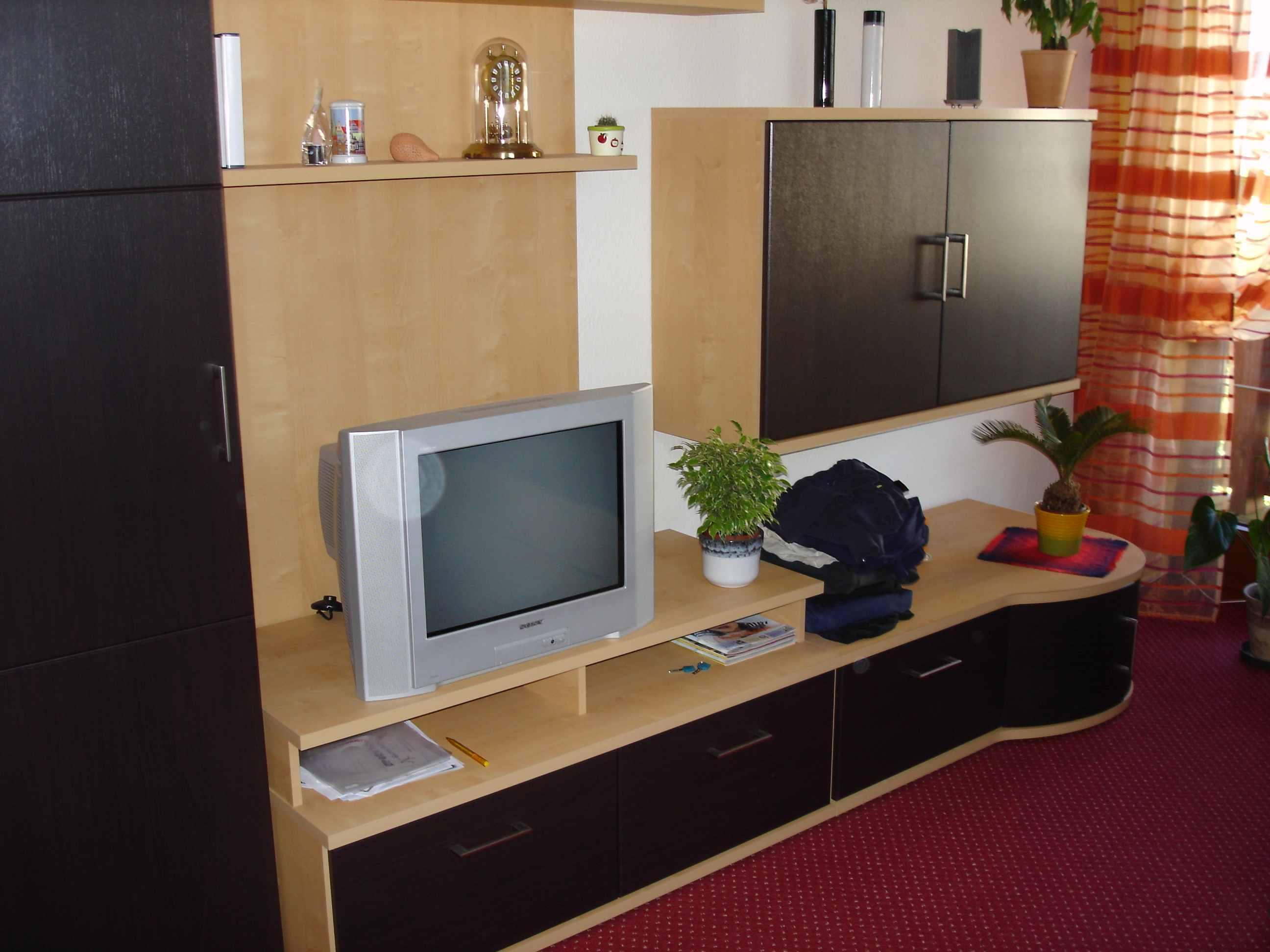 welche wand und teppichfarbe passen gut zu meinen braunen m beln siehe bilder teppich. Black Bedroom Furniture Sets. Home Design Ideas