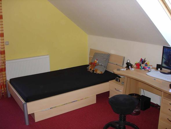 Bett Und Schreibtisch   (Wand, Teppich, Wandfarbe)