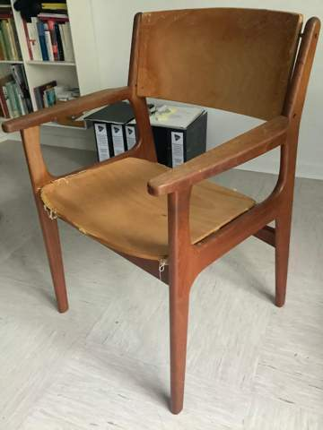 Welcher dänische Hersteller könnte diesen Stuhl gebaut haben?