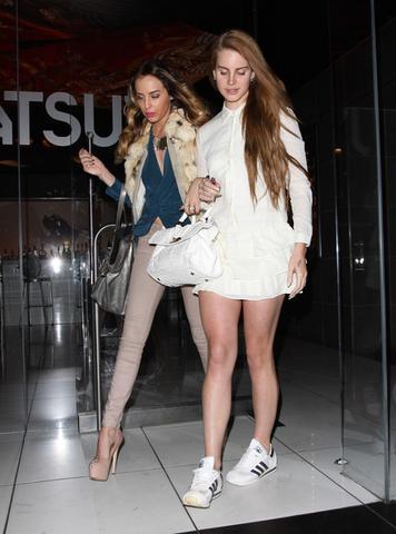 Lana Del Rey's Adidas Schuhe in weiß-schwarz - (Sport, Mode, Schuhe)