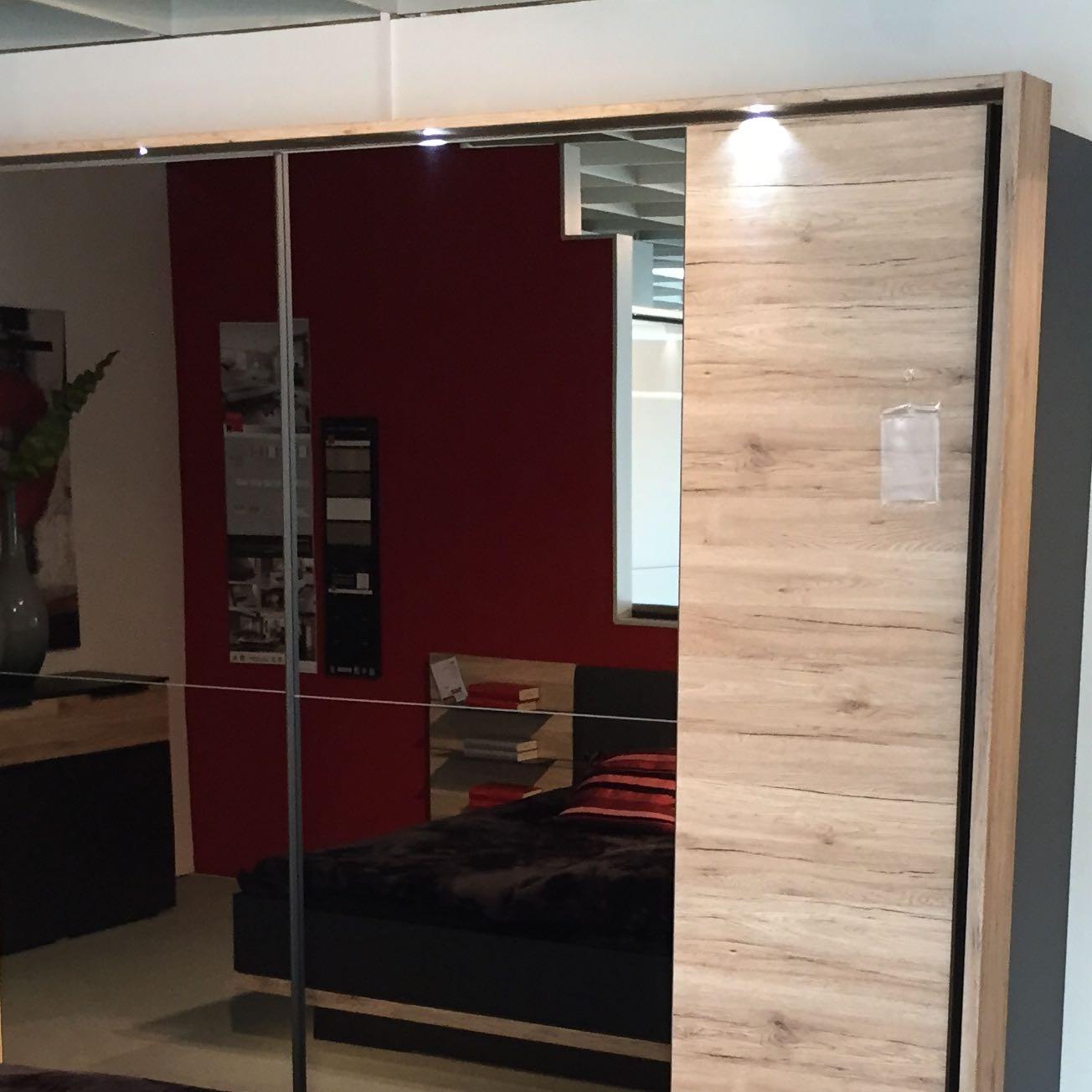 laminat im schlafzimmer in kombination mit einem sandeiche schrank. Black Bedroom Furniture Sets. Home Design Ideas