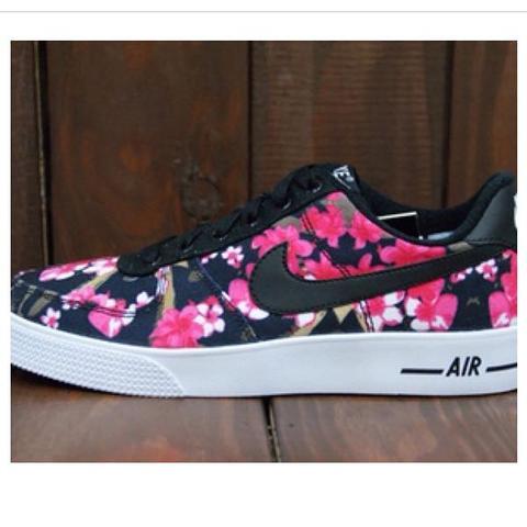 <- *-* - (Nike, Shoes)
