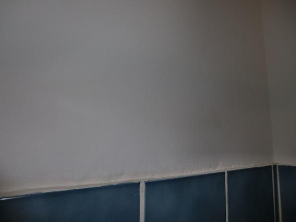 Putz Im Badezimmer, welliger putz über den fliesen im bad - farbe löst sich - was nun, Design ideen