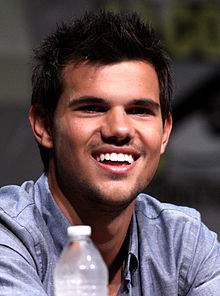 Wenn findet ihr gutaussehender Taylor Lautner oder den jungen Johnny Depp?