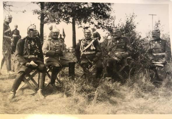 Wer ist auf diesem Bild mit 1.WK Offizieren?