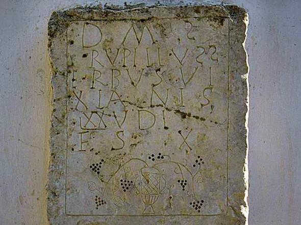 Wer kann die Inschrift eines alten Grabsteins übersetzen?