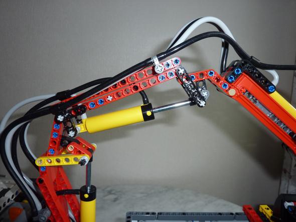 wer kann mir bei lego helfen, habe das problem mit dem kran beim lkw 42043, er will nicht so richtig hoch und runtergehen, hat jemand einen guten einfall Danke?