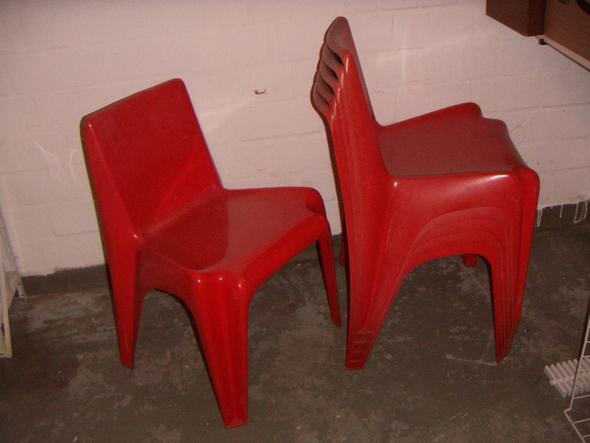 GFK-Stapelstühle in rot/orange - (Design, Möbel, Bauhaus)