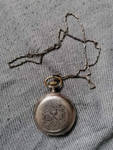 Wer kann mir etwas zum Hersteller, zum Alter und zum Wert der Taschenuhr sagen?
