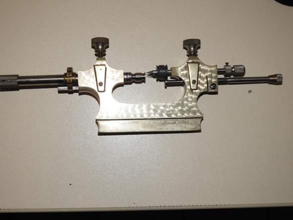 Wer kennt dieses Werkzeug eines Uhrmachers?