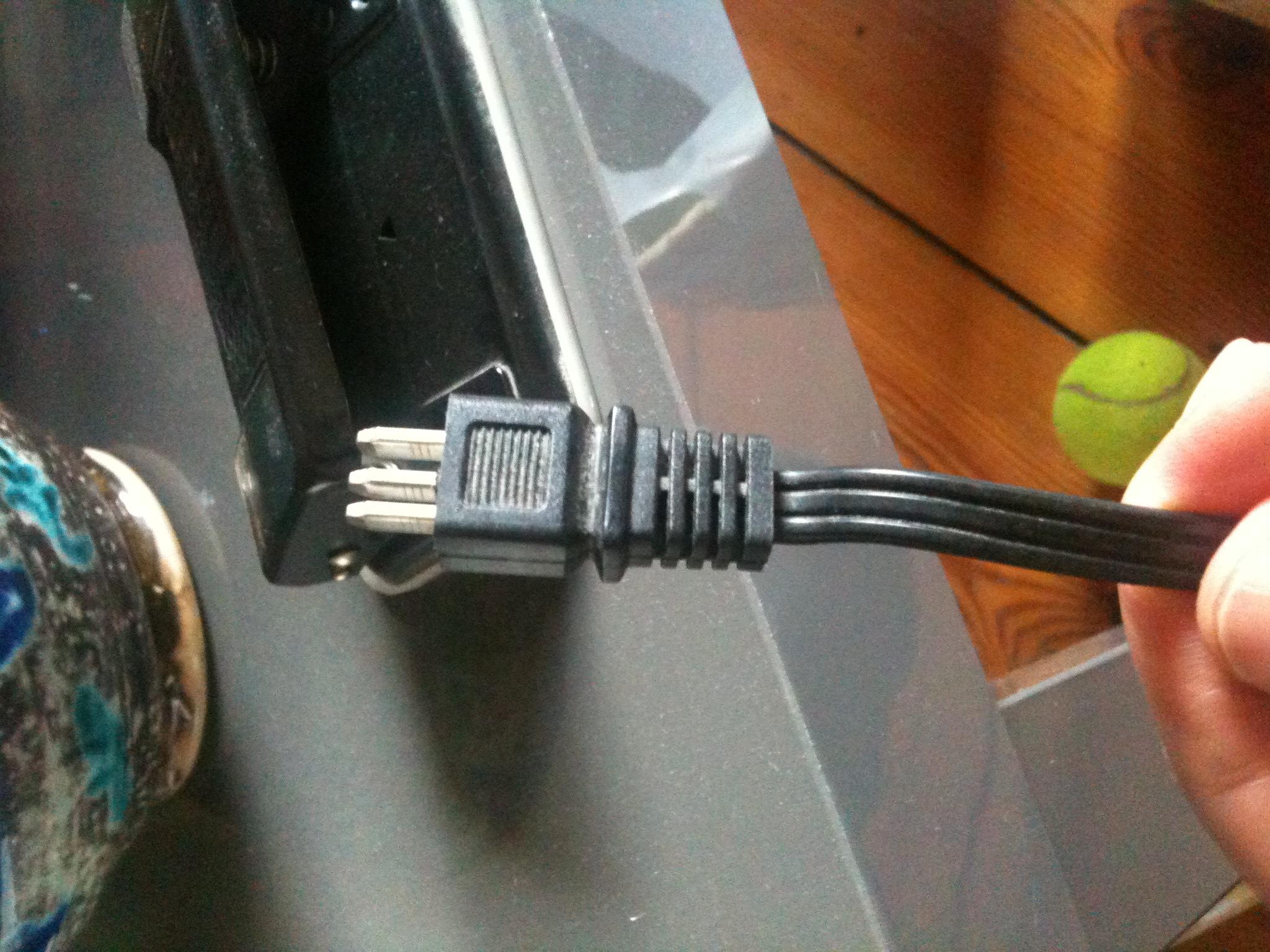 Wer kennt einen solchen Lampenstecker / einen solchen Netzstecker ...