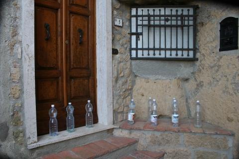 Wer weiß etwas über die rätselhafen Wasserflaschen vor der Haustür in toskanischem Bergdorf