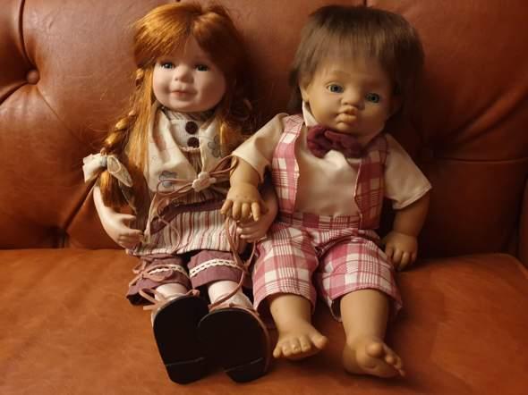 Wer weiß etwas zu diesen beiden Puppen, die ich bekommen habe? Sie haben keine Nummer, aber ich würde sehr gerne wissen, wer der Hersteller ist.?