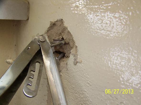 Wand mit heraushängenden Schrauben - (Kippdübel)