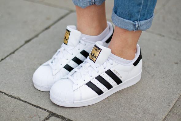 Wie sollten die Schuhe adidas Superstar gereinigt werden?
