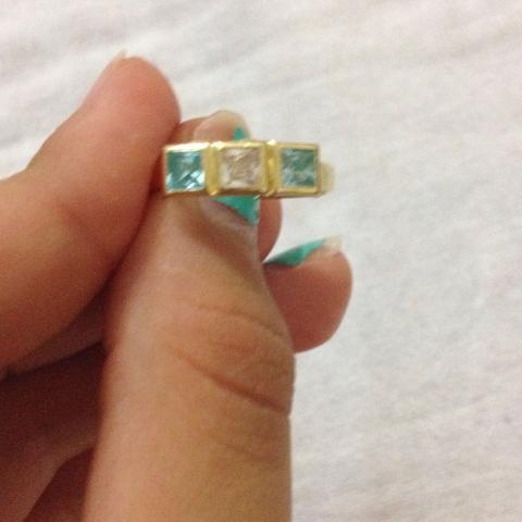 Die diamanten oder steine keine ahnung wie man die nennt😅 - (Wert, Gold, Ring)